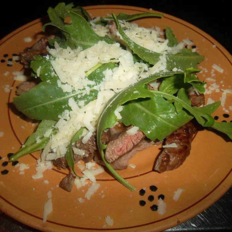 Carne con rucola e scaglie di parmigiano